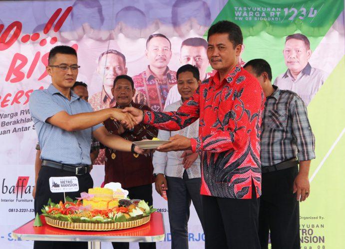 Proses Penyerahan SK Kepengurusan RW oleh Kepala Desa Sidodadi